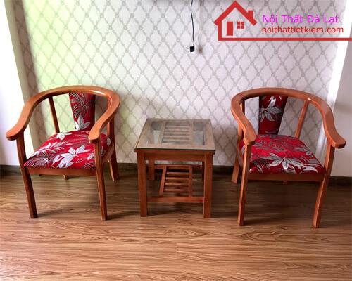 Bàn và ghế sử dụng chất liệu gỗ tần bì