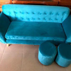 Ghế sofa với 2 ghế đôn nhỏ đi kèm